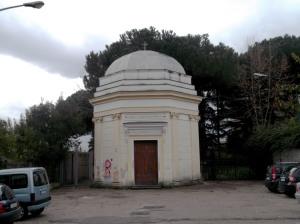 """Fig. 11. Pompei, località S. Abbondio, cappella Madonna delle Grazie detta """"La Rotonda"""", fronte settentrionale."""
