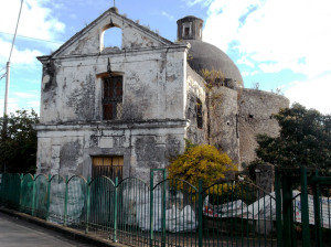 Fig. 13. Pompei, contrada Giuliana, chiesa Madonna dell'Arco, scorcio da ovest.