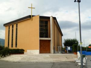 Fig. 21. Pompei, località Tre Ponti, chiesa di Maria SS. Immacolata Concezione, scorcio dell'ingresso dal sagrato.