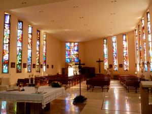 Fig. 22. Pompei, località Tre Ponti, chiesa di Maria SS. Immacolata Concezione, interno, scorcio dell'aula liturgica verso l'ingresso.